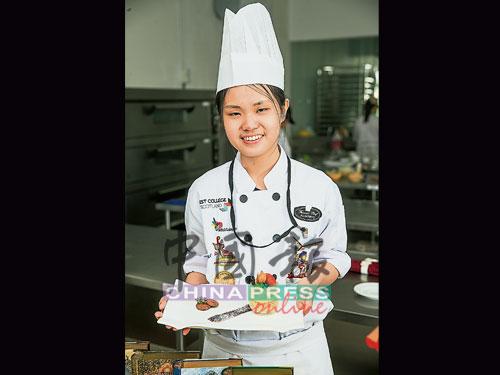 ★陳韋敏‧18歲 ★來自雪蘭莪士拉央 ★就讀Famous Chef Professional Baking & Culinary Academy ★修讀烘焙與糕點藝術專業文憑課程(Diploma in Baking & Confectionery Art ) ★示範作品:香蕉索非亞(Banana sofia)