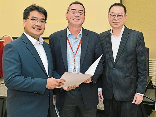 森那美總財務長慕斯達米爾(左起)、傑弗里沙林和森那美總戰略長梁耀康,宣布森那美2018財年業績。