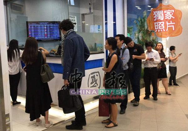 新加坡碧山第八站(Junction 8)購物中心錢幣兌換商前,出現人龍排隊兌換令吉。