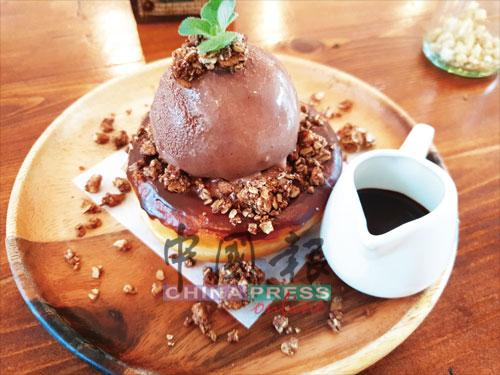 底層為鋪滿不同口感堅果的甜甜圈Chocolate Geladough,頂部置放了一球濃郁巧克力冰淇淋,配搭了慕斯、Oreo、KitKat,愛吃巧克力的你怎會不心動呢?