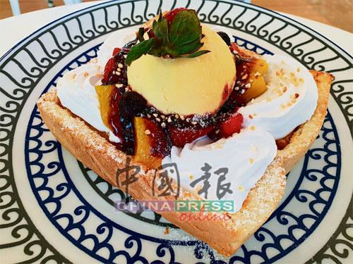 Half Fruitition吐司面層放有冰淇淋,並加上新鮮的水果,如草莓,香蕉,藍莓等,變化出不同的味道層次。