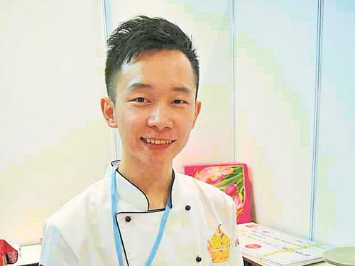 Chris Ng老師簡介 2012年畢業于台灣元培科技大學,海青班烘焙課、食品原理及採購經營與管理學。現主要批發客制化蛋糕予咖啡廳、甜品研發、開班授課及網上教學。