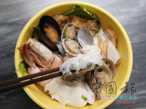 超豪海鮮粉的配料有來自沙巴的龍虎斑魚片和白蝦。東馬野生捕撈的白蝦,肉質比西馬的來得紮實鮮甜;啦啦和扇貝則來自中國,青蠔來自澳洲。