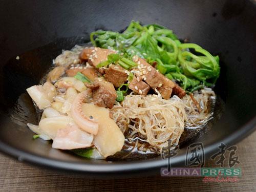 先將幼米粉煎至焦香,然後淋上滷肉汁,加入莧菜、魷魚和滷肉,便完成這碗特色魷魚米粉。