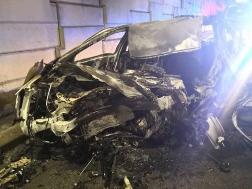 肇禍轎車失控猛撞路邊分界堤后,起火燃燒。