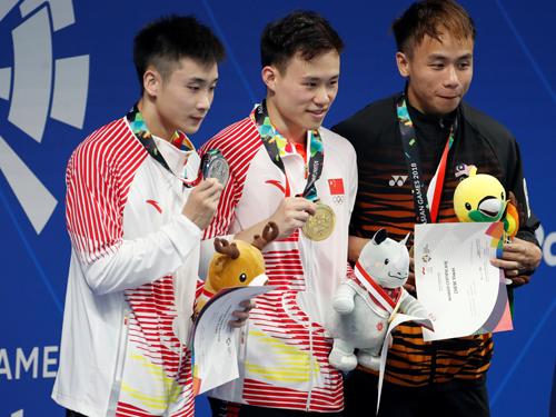 周貽蔚(右起)獲得3公尺跳板賽銅牌,打破馬來西亞跳水男隊光蛋。中國的謝思埸及曹緣獲得金牌及銀牌。(路透社)
