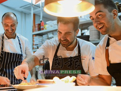 左起為行政總廚Jose Alonso、主廚Gabriel Ronnin Roig以及Executive Chef Manuel Berganza,給現場嘉賓準備美食。