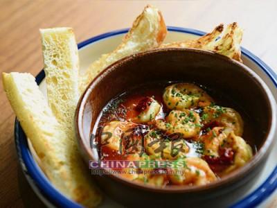 Gambas al Ajillo彈牙的蝦子沾滿了蒜米香,還有些許干辣椒的刺激,讓人可吃完沾醬的麵包。