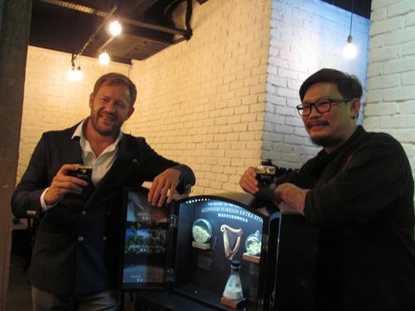 大馬喜力有限公司市場總監吉利(左)與Johnny Fua教你喝Guinness配什麼最滋 味。
