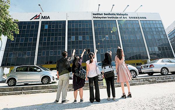 鄭康恆(左起)、許沛瑩、林詩璇、胡芊敏及蔡修慧對他們在馬來西亞藝術學院畢業后的前途信心滿滿。 馬來西亞藝術學院將于8月13日新學期開課,歡迎撥電:+603 4108 8100 面子書Malaysian Institute of Art或瀏覽www.mia.edu.my了解詳情。