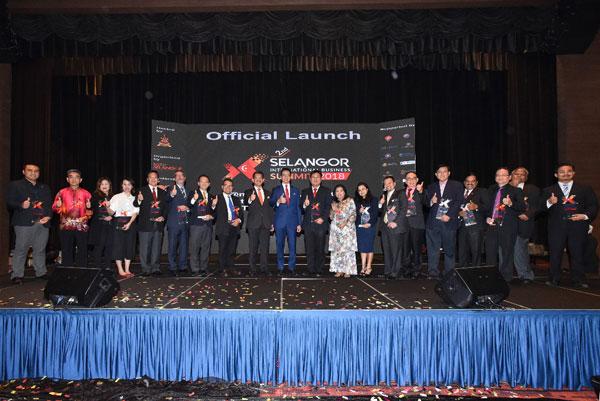 鄧章欽(左10)為2018年第二屆雪蘭莪國際商務高峰會主持推介禮; 今年高峰會獲得多個單位的支持,反應非常熱烈。