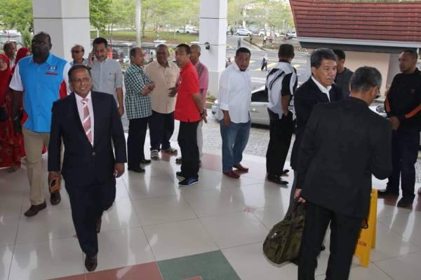 斯特蘭(前排左)和莫哈末哈山(右2)抵達法庭後,兩人全程沒交流。