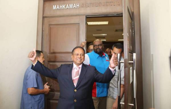 斯特蘭非常滿意高庭的判決,豎起拇指讚好。