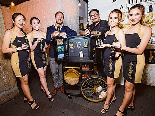 大馬喜力有限公司市場總監吉利(左3)與潘家道(右3)一同推介全新包裝設計的Guinness Foreign Extra Stout。