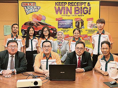 蘇建祥(坐者左起)、蔡志權、張健任和KK連鎖超市高級經理史提芬主持全年收據活動的最后階段抽獎儀式。