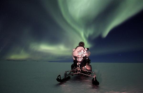在當地居民的帶領下,您將有機會搭乘雪地車追逐北極光。