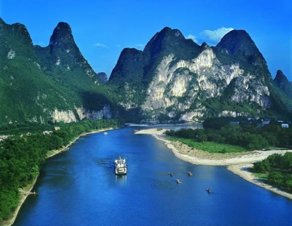 灕江水質清澈,兩岸風光秀麗,以桂林至陽朔段最為醉人。