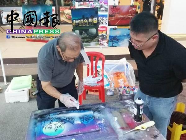 傅國威(右)重新到文化街推廣。