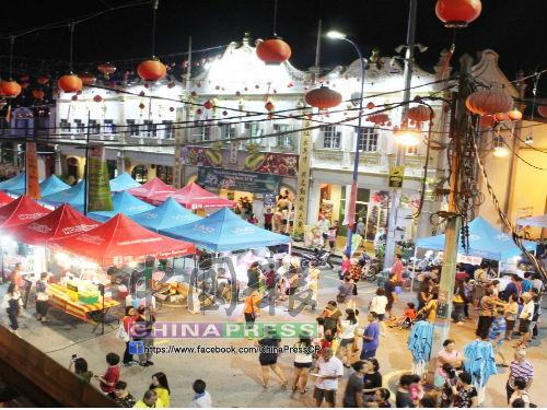 由於大會堂舉行榴槤及旅遊嘉年華,文冬文化街吸引眾多遊客市民。