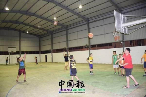 玻璃口球場禮堂每天晚上有不少年輕人打籃球。