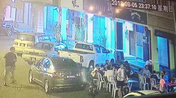 貨卡司機(左)在晚上11時37分10秒,從對面酒吧出來。
