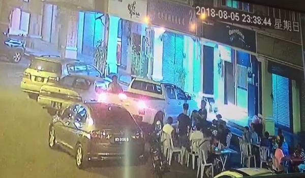 貨卡在晚上11時38分44秒啟動引擎,在旁的茶客立即站起來避開,以免被撞及。
