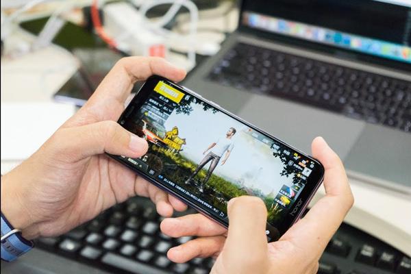"""""""玩得更久,玩得更順暢,玩得更盡興""""是Honor Play 手機的一大特色"""