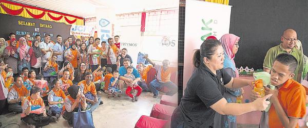 Enapak Marketing有限公司秉持回饋社會理念,經常參與社會工 作協助有需要的一群,拜訪唐氏兒中心,為唐氏兒噴射抗手足口/流感噴劑。