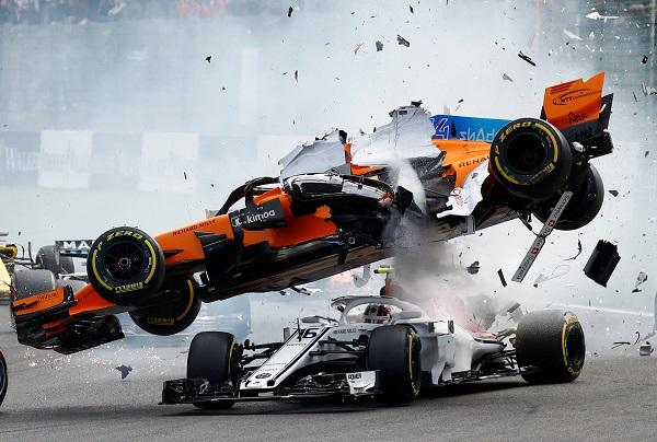 阿隆索(上)在第一個轉彎與勒克萊爾碰撞,無法繼續比賽。(路透社)