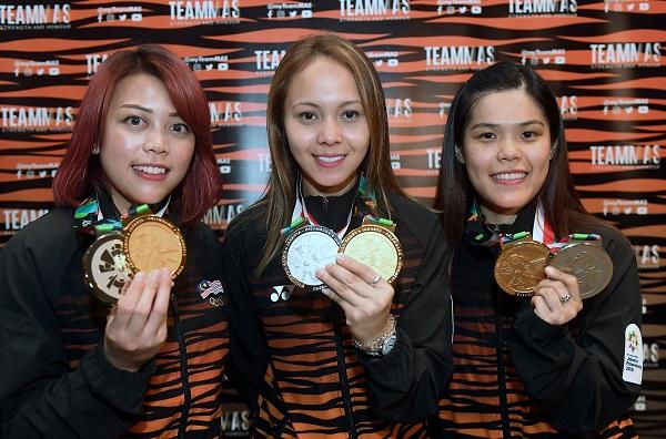 ■西蒂莎菲雅(左起)、賽達杜阿菲花及謝美蘭,展示她們贏得的3人賽金牌。