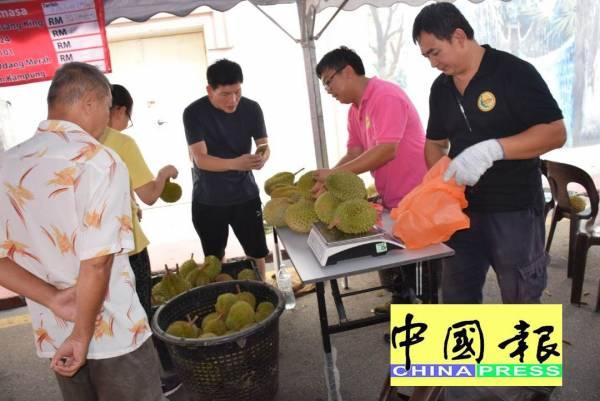 來自各地的遊客們在選購榴槤。