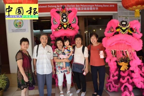 吳美娥(右2)來自中國廣州,和親人一起參觀榴槤及旅遊嘉年華。