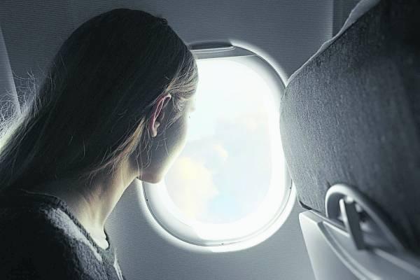 起飛和降落要打開窗戶遮光板。 圖/emirates247.com