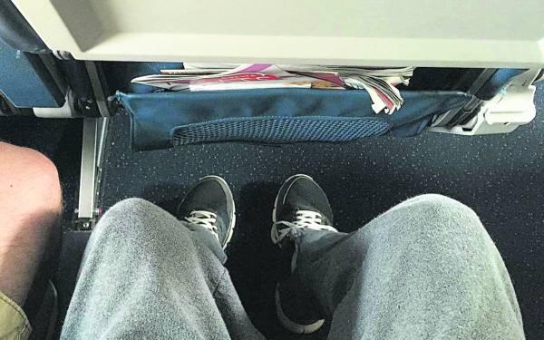 這是搭客常常被提醒的。在飛機起降或是行駛的過程中,空服員都會提醒大家將隨身行李放置座椅底下。雖然很不習慣,但這是為了避免當飛機遇到氣流時,隨身行李可能傷及其他乘客或是滑入走道,當然也是顧及逃生時不造成乘客危險。
