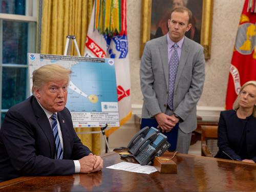 """特朗普週二在白宮橢圓形辦公室聽取""""弗洛倫斯""""簡報。(歐新社)"""