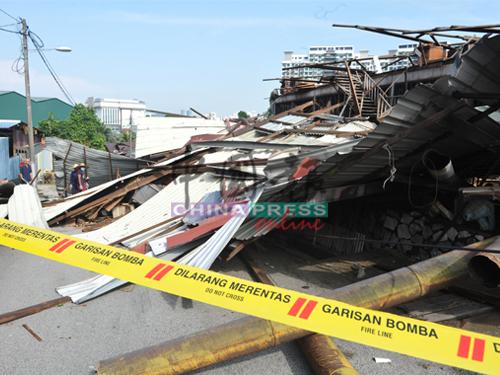 消拯局在崩塌現場圍上黃線,避免公眾人士進入。