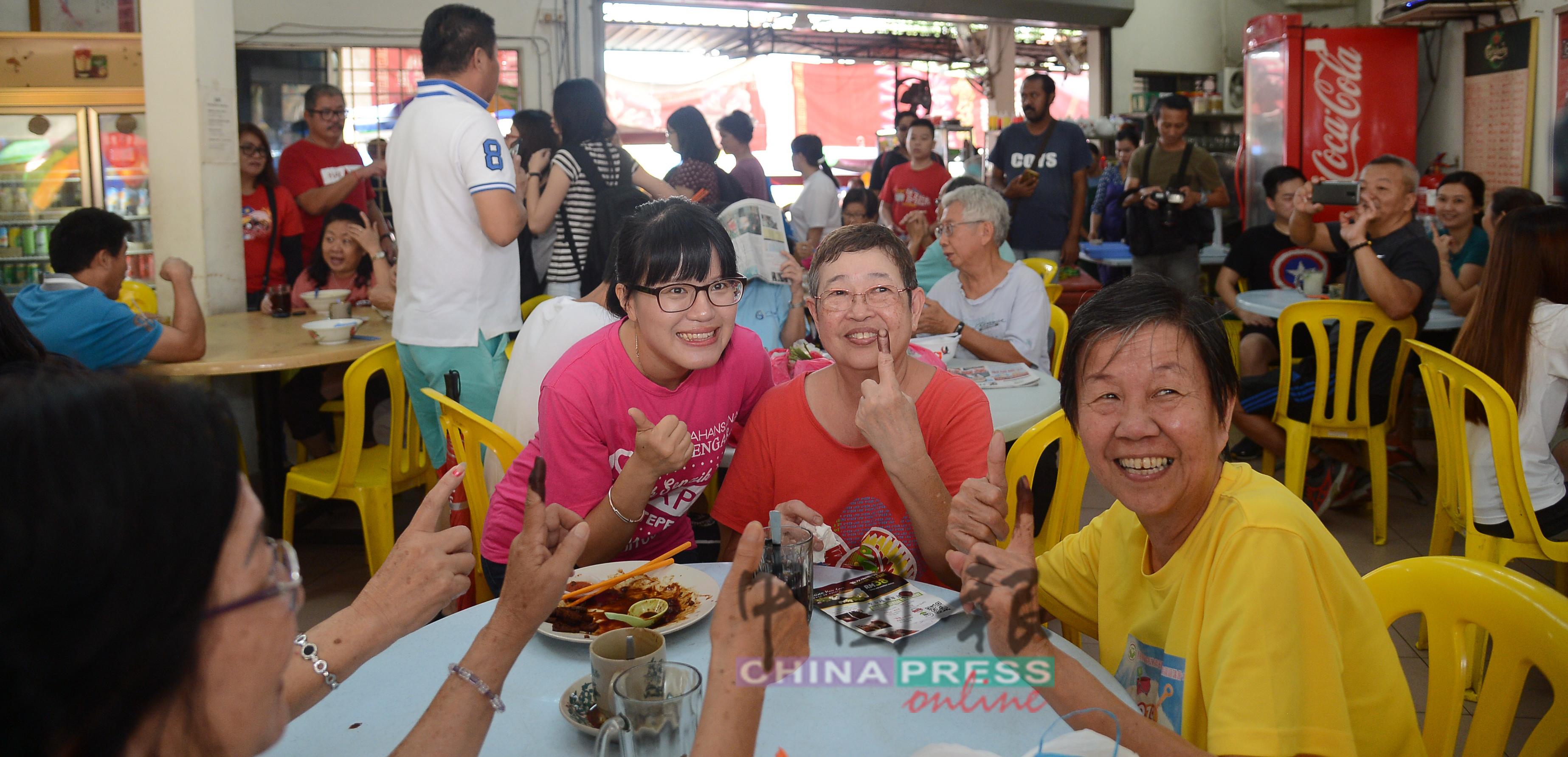 王詩棋(左)到茶室謝票時,獲得婦女們熱烈歡迎。