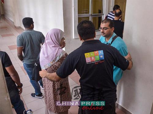 兩名嫌犯的家屬在法庭外等候兩人的延扣結果。