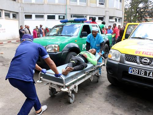 一名傷者被送去醫院治療。(法新社)