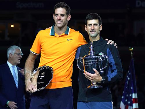卓科威奇(右)直落三盤拿下德爾波特羅,第3度奪得美網冠軍。(法新社)