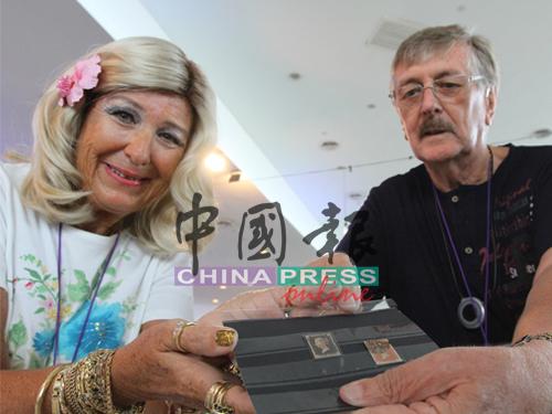 來自英國的收藏家出示世界第一系列的郵票。
