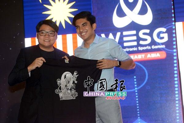 Agri mind有限公司主席刘俊延 (左起)赠送精美黑色T恤给赛沙迪。