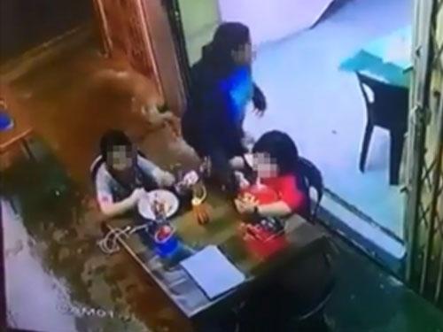女子趁着孩童不注意之际,抢走手机后迅速逃跑。