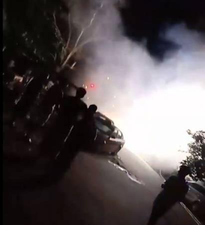 现场传出爆炸巨响后,引来民众到场驻守,同时也电召消拯局前来扑灭火势。