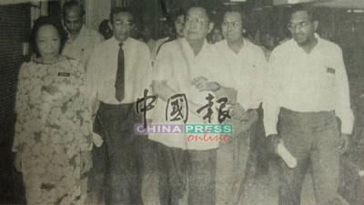 時任衛生部部長拿督陳聲新(中)巡視怡保中央醫院食物中毒兒童。