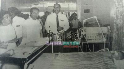 時任首相拿督斯里馬哈迪醫生和其伉儷,一同到醫院探望食物中毒兒童。