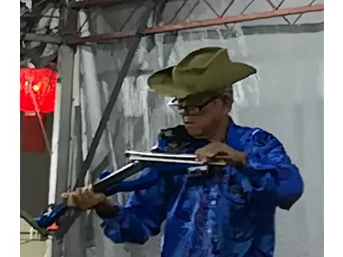 蕭亞權以左右手拉小提琴贏得現場觀眾熱烈掌聲。