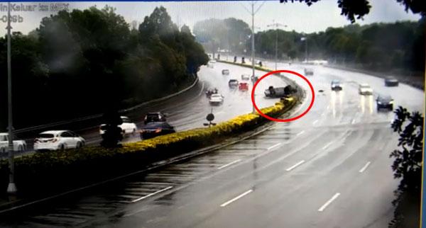 肇禍的豐田冠麗轎車失控沖撞分界堤上的植物,翻滾數次後沖入反方向車道。