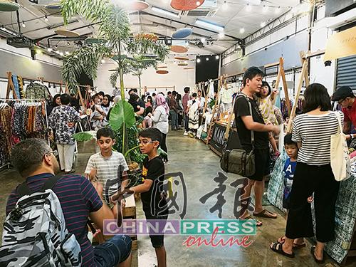 RIUH文創巿集不但受孟沙社區居民喜愛,也吸引外國人和文創支持者慕名而來。