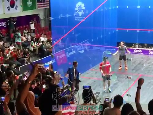 伍恩佑(右)戰勝歐鎮銘為隊伍贏得致勝分後振臂歡呼。(梁展威攝)